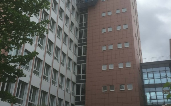 Sicherheitsnetzmontage Aussentreppe an Hochhaus