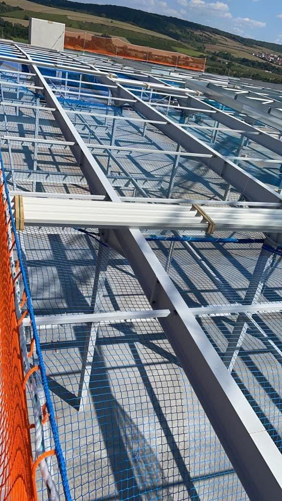 Dachrandsicherung als Kantenschutznetz montiert